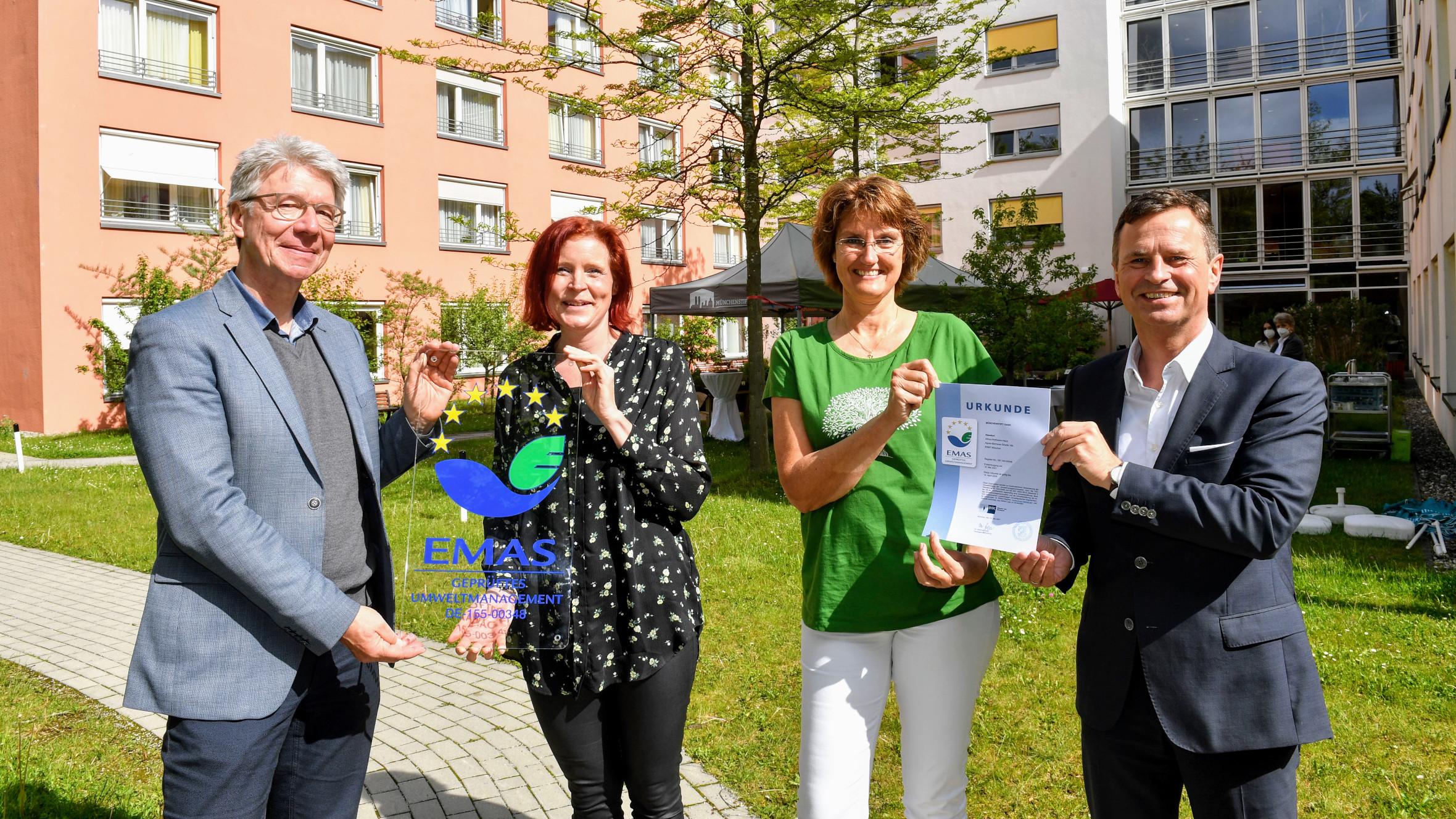 Vergabe des EMAS-Zertifikats durch Manfred Gößl von der IHK München und Oberbayern