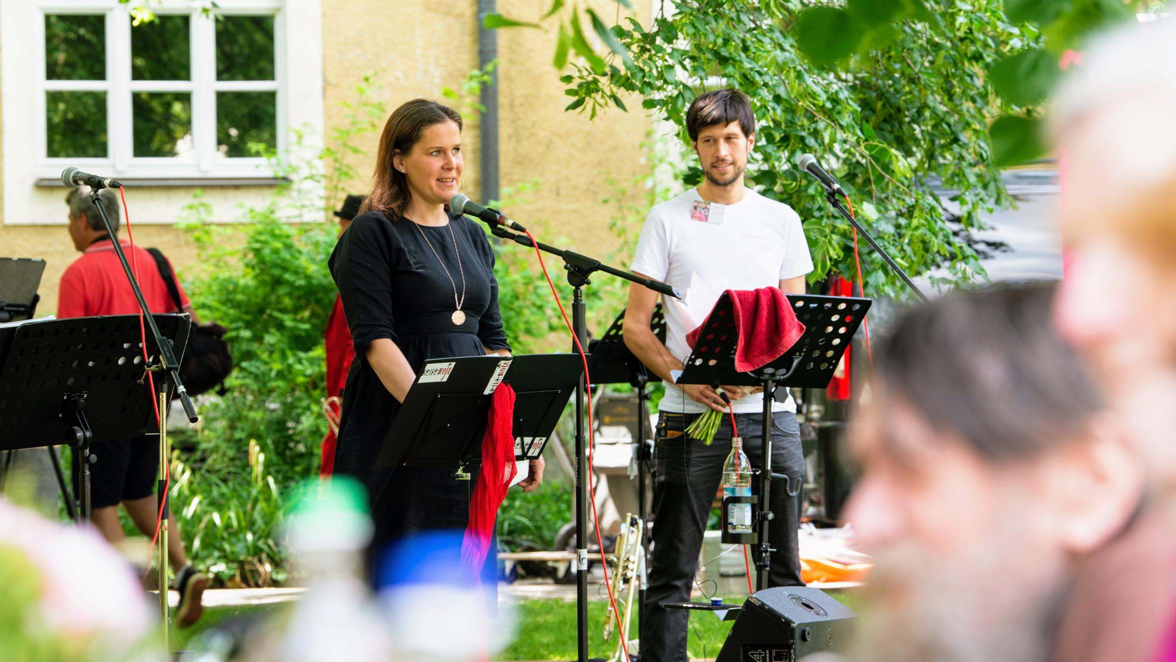 Bürgermeisterin Verena Dietl richtet im Rahmen des Hofkonzertes ein Grußwort der Stadt München an die Bewohner*innen des MÜNCHENSTIFT-Hauses St. Josef.